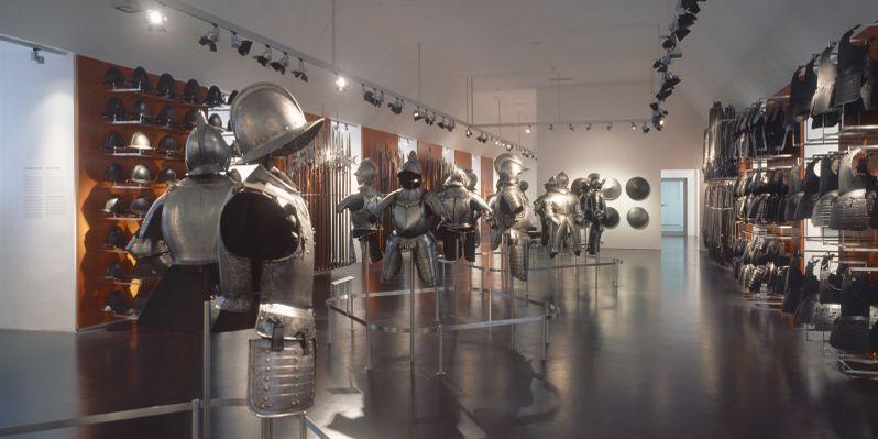 Zu sehen sind einige Rüstungen, welche in der Rüstkammer ausgestellt sind