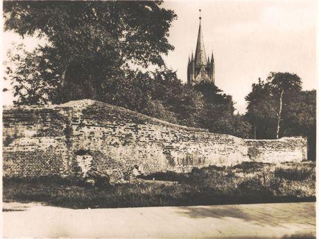 Zu sehen ist eine historische Aufnahme der Emder Stadtmauer