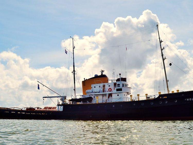 Zu sehen ist der Schlepper MS Holland auf dem Wasser