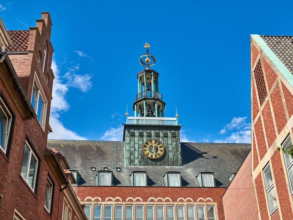 Zu sehen ist der Rathausturm vom Ostfriesischen Landesmuseum von der Brückstrasse aus.