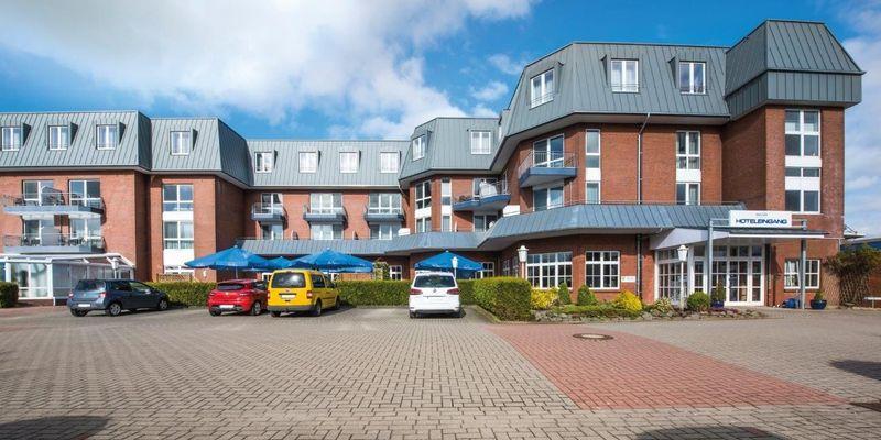 Zu sehen ist das Hotel Novum mit Parkfläche