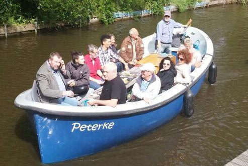 Zu sehen ist eine Gruppe im Boot Peterke.