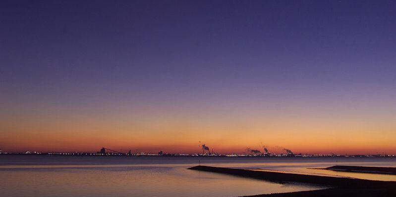 Blick von der Knock aus zu den Niederlanden. Aufnahme in der Abenddämmerung, Farben gehen von Orange bis Lila