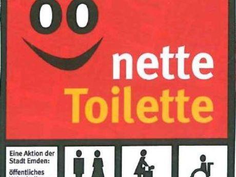 Zu sehen ist das Logo der Netten Toiletten. Ein rotes viereck mit Gesicht, dem Schriftzug nette Toilette und WC Piktogramme