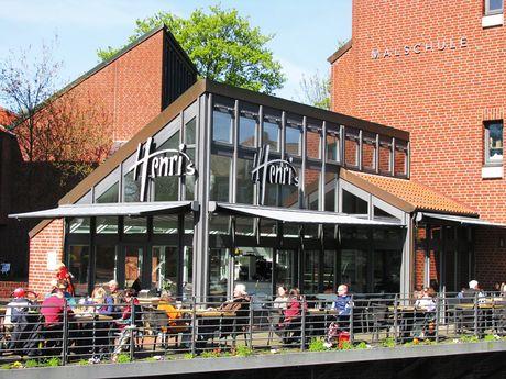 Zu sehen ist die Außenterrasse vom Cafe Henris an der Kunsthalle
