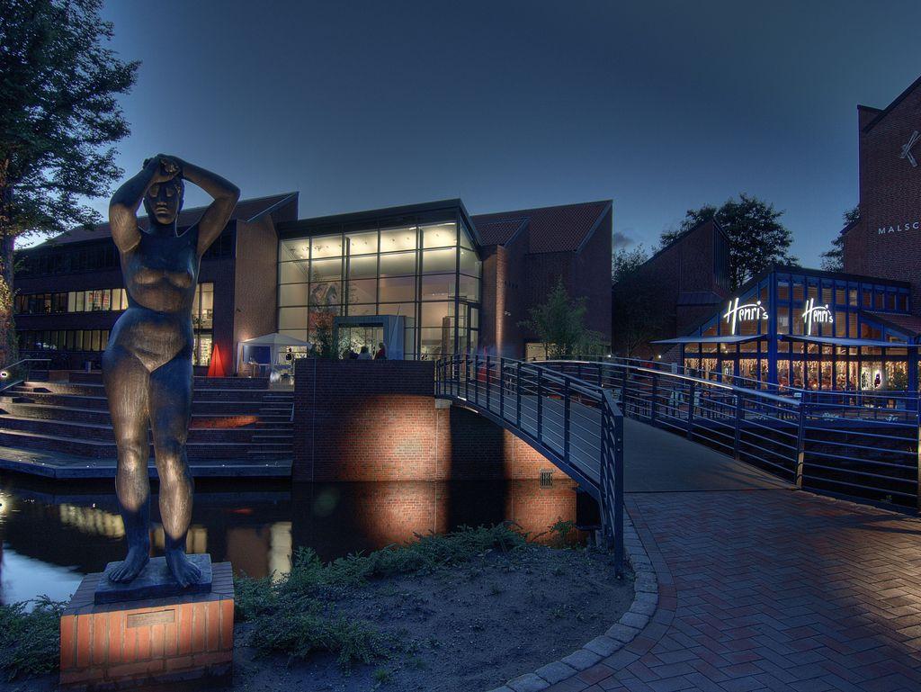 Nachtaufnahme der Kunsthalle, dem Cafe Henri´s und der Statue vor der Kunsthalle. Alles ist beleuchtet.