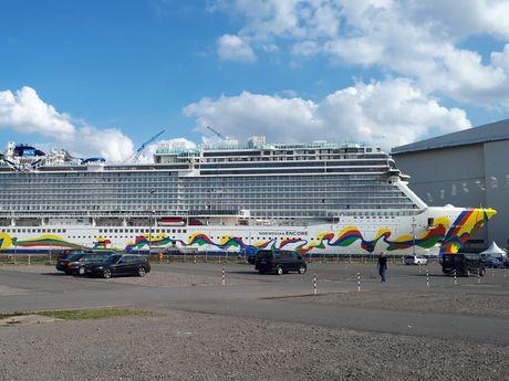 Zu sehen ist ein, von der Meyerwerft gebautes Kreuzfahrtschiff, die Norwegian Encore