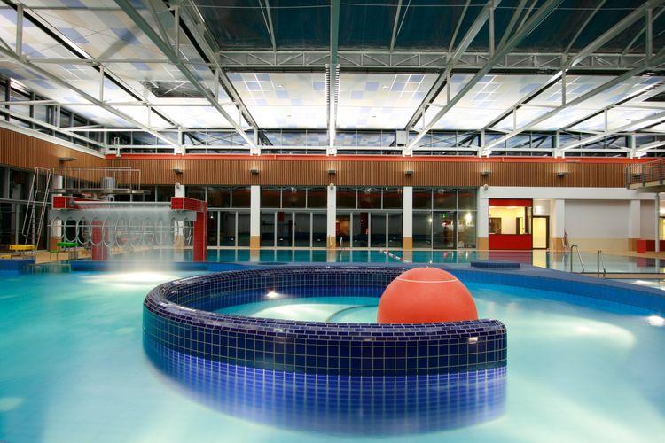 Zu sehen ist ein Becken im Hallenbad der Friesentherme Emden mit einem roten Ball