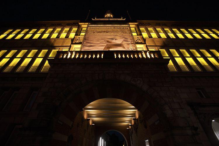 Das beleuchtete Ostfriesiche Landesmuseum von untern fotografiert, als ob man davor steht und nach oben schaut