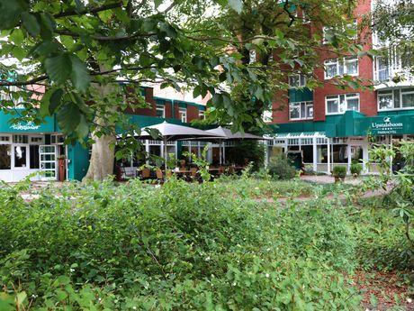 Zu sehen ist das Upstalsboom Parkhotel von außen.