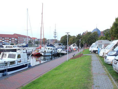 Blick auf die erste Reihe des Wohnmobilstellplatzes am alten Binnenhafen und den Yachthafen in Richtung Schreyers Hoek