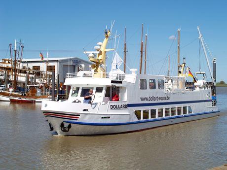 """Zu sehen ist das Fahrgastschiff """"Dollard"""" bei schönem Wetter und blauem Himmel."""