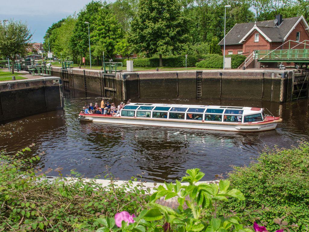 Blick auf die Kesselschleuse mit dem voll besetzten Grachtenboot.