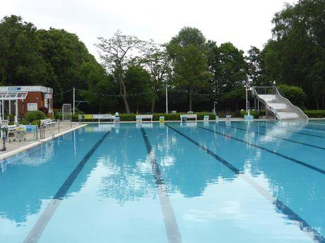 Blick auf das Schwimmbecken des Van Ameren Bades mit Wasserrutsche