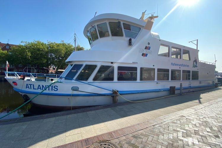 Zu sehen ist das Ausflugsschiff MS Atlantis im Emder Delft