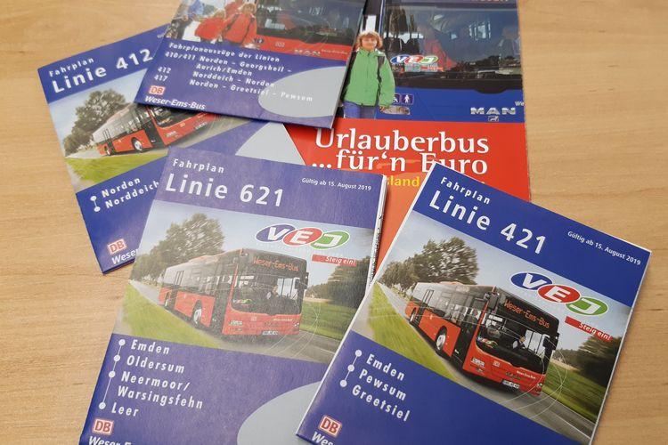 Zu sehen sind Fahrpläne verschiedener Buslinien