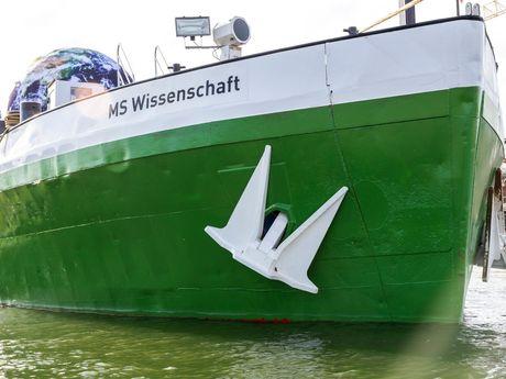 Zu sehen ist das grün weiße Schiff MS Wissenschaft