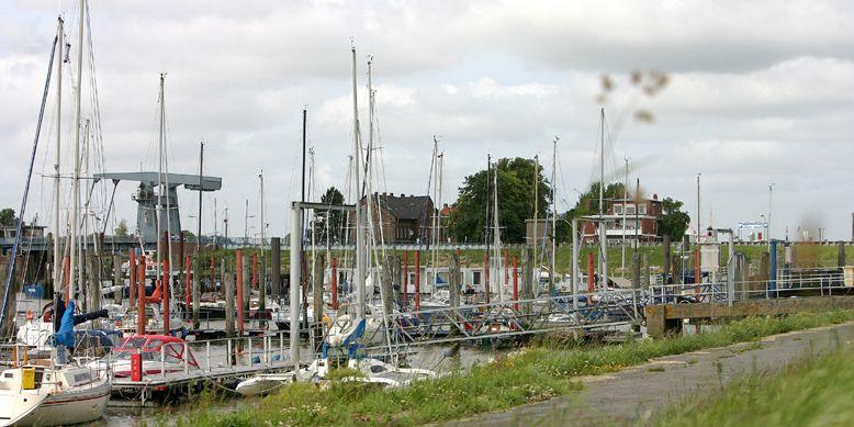 Zu sehen sind Boote welche im Yachthafen am Außenhafen liegen.