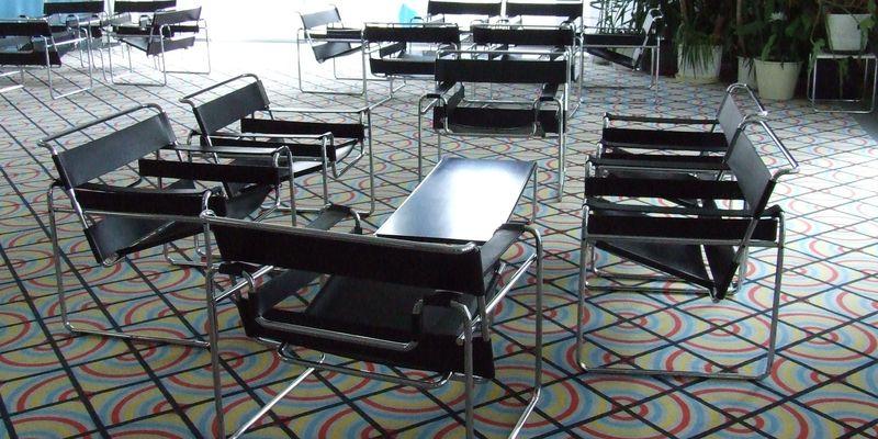 Zu sehen sind Tische und Stühle im Foyer des neue Theaters