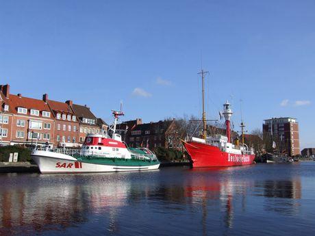 Blick vom Kopf des Ratsdelftes auf den Seenotrettungskreuzer und das Feuerschiff.