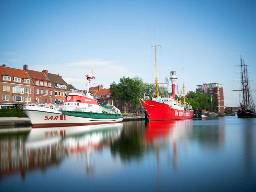 Von der Delfttreppe aus schaut man auf den Seenotrettungskreuzer Georg Breusing und das Feuerschiff.