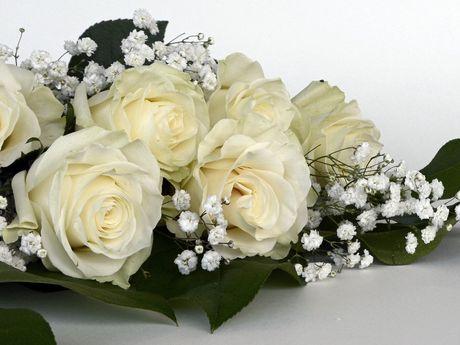 Nahaufnahme eines Brautschrausses mit weißen Rosen