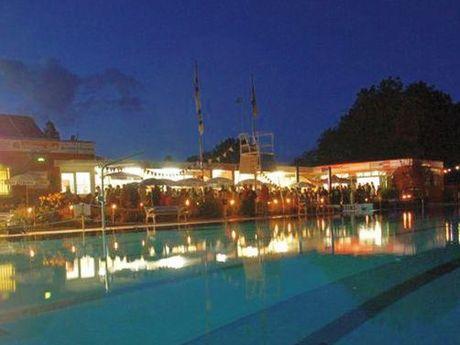 Zu sehen ist das schön beleuchtete Van Ameren Bad