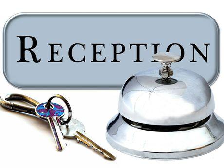 Zu sehen ist eine Grafik bestehen aus einem Schlüssel einer Rezeptionsklingel und einem Schild mit dem Schriftzug Rezeption.