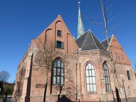 Aufnahme der Johannes a Lasco Bibliothek leicht von unten vor blauem Himmel fotografiert.