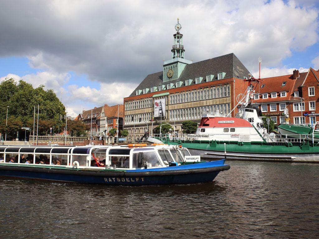 Das Hafenboot startet zur Hafenfahrt. Im Hintergrund ist der Seenotrettungskreuzer und das ostfriesische Landesmuseum zu sehen.