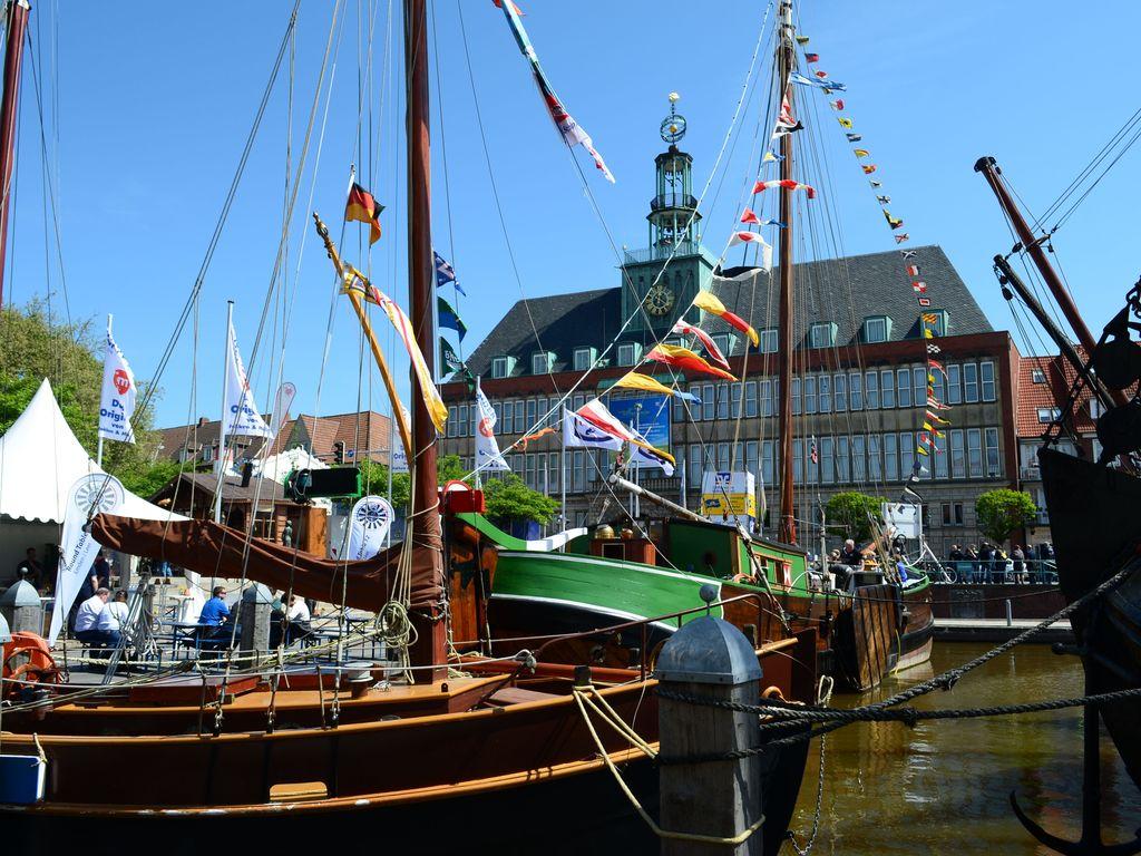 Festlich geschmückte Traditionssegler im alten Binnenhafen. Im Hintergrund das Ostfriesische Landesmuseum