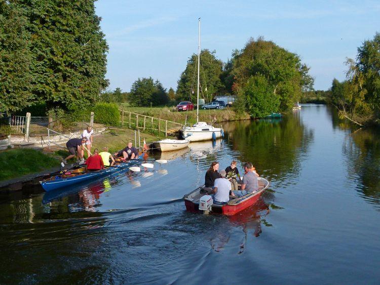 Zu sehen sind verschieden Boote auf dem Wasser und am Anleger.