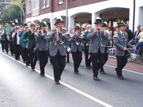 Musikalischer Festumzug der Schuetzencorps durch die Neutorstraße. Alle Schuetzen haben ihre traditionelle Tracht an.