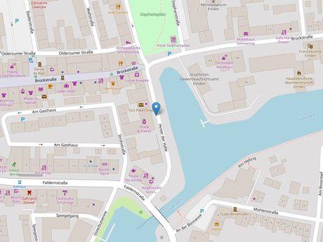 Zu sehen ist ein Kartenausschnitt von Open Streetmap, welcher den Standort des Busparkplatzes in der Straße Hinter der Halle anzeigt