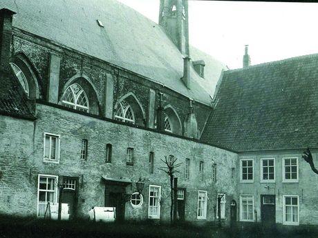 Zu sehen ist eine historische Aufnahme des Emder Gasthauses
