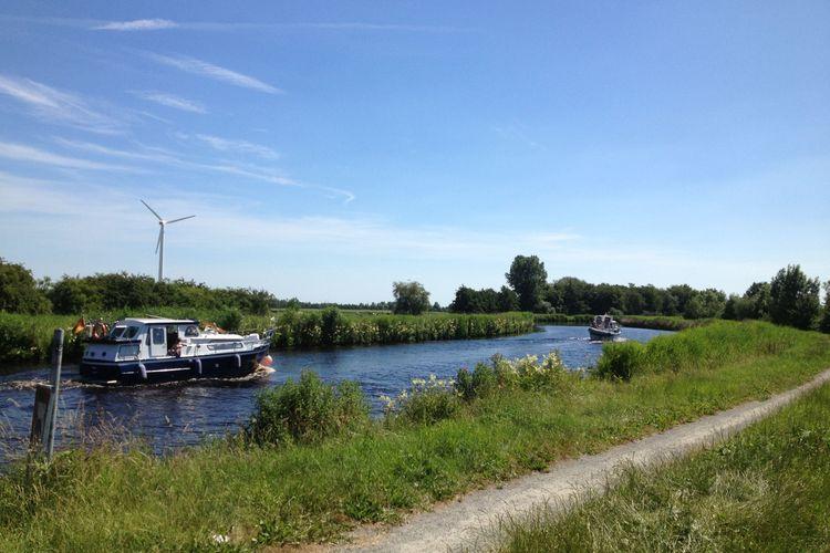 Zu sehen sind 2 Boote auf dem Ems-Jade-Kanal.