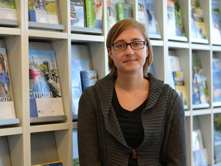 Foto unserer Auszubildenden Laura Heller vor einer Prospektwand