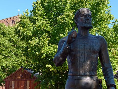 Zu sehen ist die Statue des berühmten Seeräubers Störtebker, welche in Marienhafe steht.