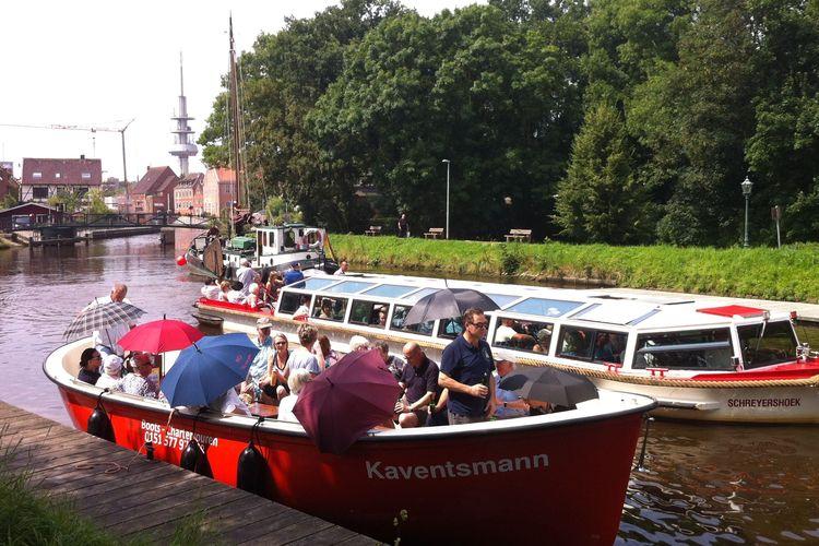 Zu sehen ist das Motorboot Kaventsmann während einer Fahrt auf den Emder Grachten