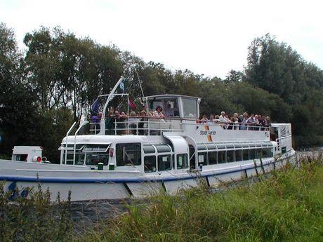 Zu sehen ist das Fahrgastschiff MS Stadt Aurich im Kanal