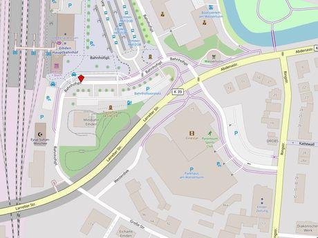 Zu sehen ist ein Kartenausschnitt von Open Streetmap, welcher den Standort des Behindertenparkplatzes in der Straße Bahnhofsplatz anzeigt