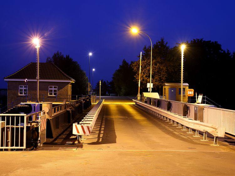 Blick auf die beleuchtete Brücke der Grossen Seeschleus in der Abenddämmerung