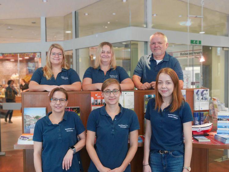 Gruppenfoto mit Mitarbeitern und Geschäftsführer der Tourist-Info Emden